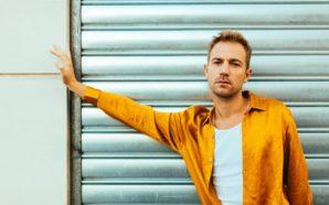Thibaut Pez, le chanteur queer donne un nouveau souffle à…